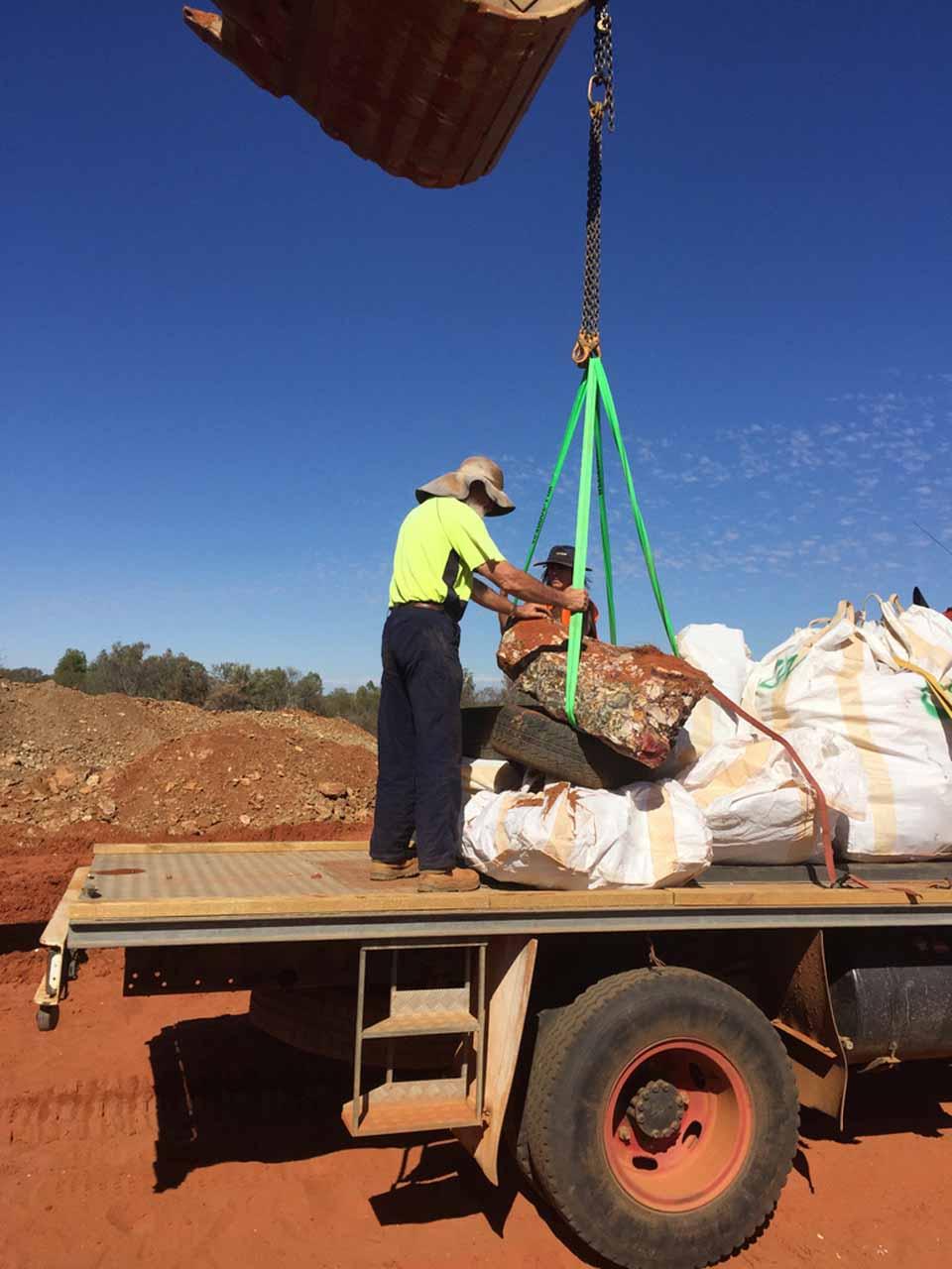 Mining mookaite crystal world mines australian lapidary gems